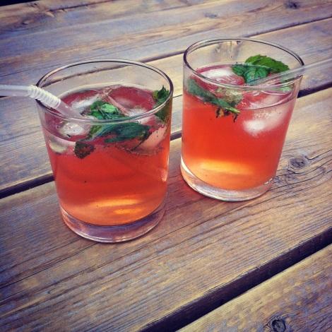 Cocktail au jus de queues de fraises, façon mojito