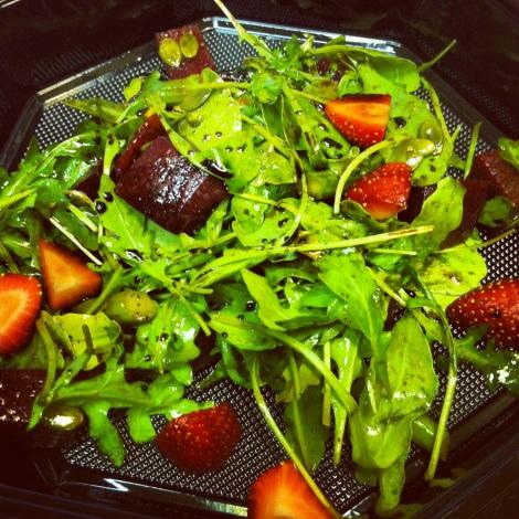 Salade asperges, betteraves, fraises et roquette