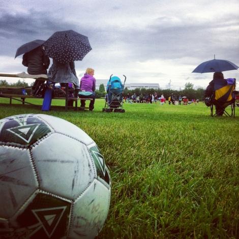 Soccer sous la pluie à Alma