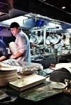 La cuisine ouverte sur 4 côtés, remplie d'action