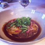 Ravioli de boeuf Highland braisé, jus de viande, purée de céleri rave, estragon, zeste d'orange