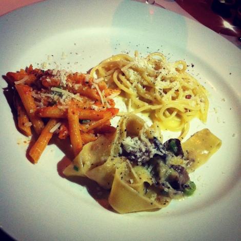 Trio de pâtes: spaghettis à la carbonara, pappardelles aux champignons et huile de truffe, penne romanov