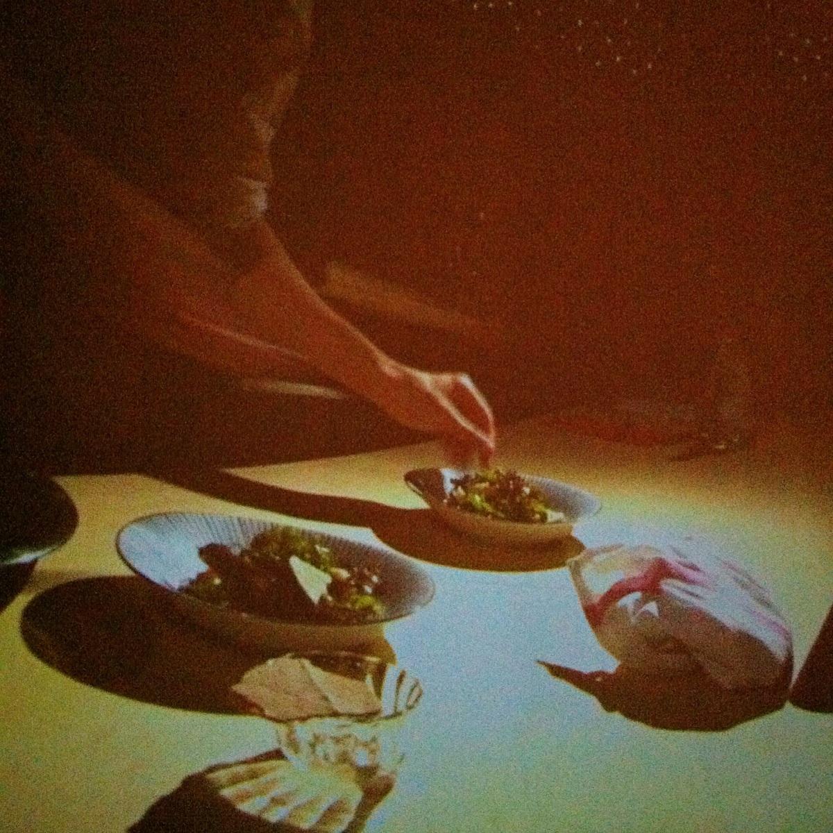 Aaron Langille prépare sa salade d'algues
