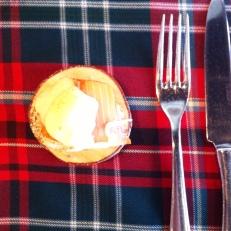 Mini bénédictin à l'œuf de caille poché, truite fumée, sauce hollandaise au thé des bois