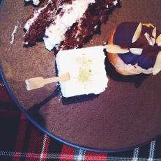 Gâteau Forêt Noire, guimauve, choux à la crème pralinée