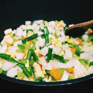 J'utilise des oignons, du céleri, des carottes, du navet et des fèves vertes...