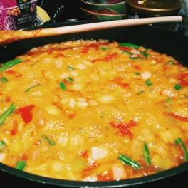 De la petite écume se forme à la surface de la soupe.