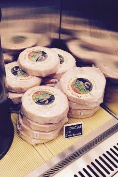 Il y a de L'Origine de la Laiterie Charlevoix en bonne quantité dans le cheese room!