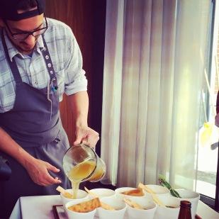 Raphaël prépare la soupe poulet et nouilles 100% maison