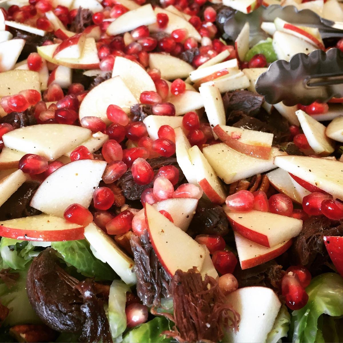 Salade de gésiers de canards confits, choux de bruxelles et pommes