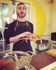 Jeff Mondou nous apprend comment apprêter le crabe... vivant!