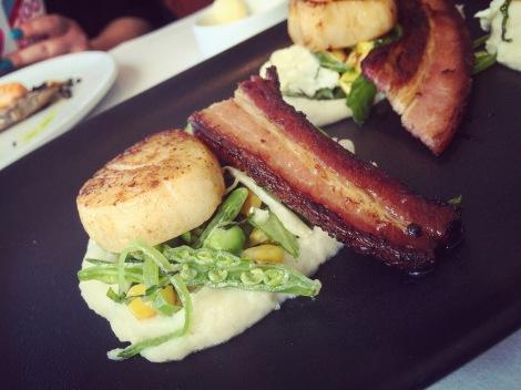 Pétoncles, bacon maison, maïs, purée de salsifis et pois mange-tout