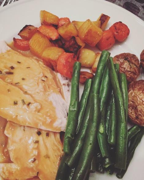 Dindon en sauce et légumes rôtis