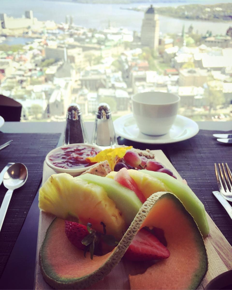 On commence avec une assiette de fruits et de rillettes, servie à table.