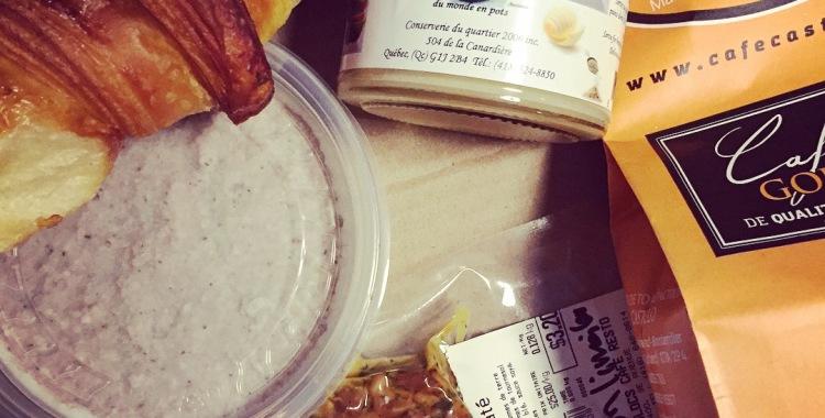 Ma boîte déjeuner à moi: café de chez Castelo, végé-pâté des Colocs, cretons de chez Croc-Mignon, beurre de pomme... et mes croissants!