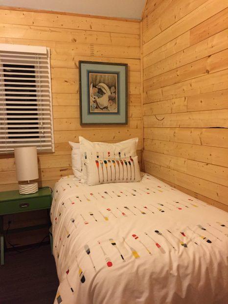 Une chambre avec lit simple et si jolie déco
