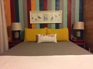 Une chambre avec lit double et toute aussi jolie déco