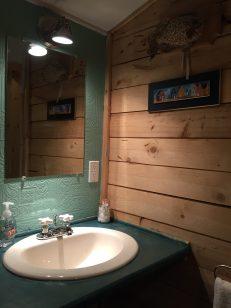 Une salle de bain toute confortable